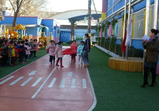 河北区第十幼儿园,河北区第十幼儿园位于河北区江都路居民区内,幼儿园占地面积3140平方米,幼儿活动场地1100平方米。有两层教学楼,我园先后投资几十万元,添置了适宜现代化教育的设置、设备,购置了大型幼儿体育活